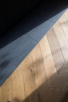 Solid oak parquet aged in Hungarian Point - La Parqueterie Nouvelle Gothic Home Decor, Retro Home Decor, Easy Home Decor, Cheap Home Decor, Wooden Flooring, Hardwood Floors, Floor Design, House Design, Cheap Rustic Decor