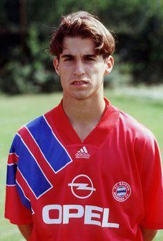 Haha, der junge #Scholl und das alte @FCBayern - Trikot - erinnerungen kommen auf. :) #FCB