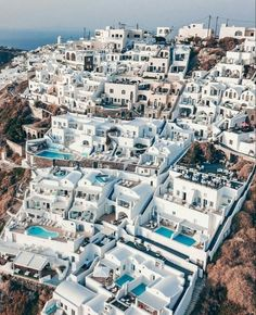 Santorini is one of the most popular and beautiful destination in Greece. Monte Everest, Oia Santorini, Voyage Europe, Beautiful Places To Travel, Wonderful Places, Travel Aesthetic, Greece Travel, Luxury Travel, Luxury Cruises