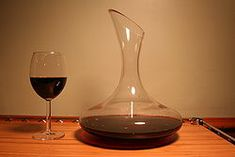 On aère, on carafe ou on décante le vin ? Red Wine Decanter, Whiskey Decanter, Malbec Wine, Make Your Own Wine, Wine Tourism, Wine Reviews, Cheap Wine, Dishwasher Detergent, Crystals