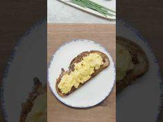 Πεντανόστιμη και μοναδική, ο σεφ τη συνοδεύει με ομελέτα, όμως ταιριάζει άψογα και πάνω σε ένα ζουμερό burger Caramelized Bacon, Bacon Jam, Gordon Ramsey, Breakfast In Bed, Greek Recipes, Toast, Brunch, Favorite Recipes, Meals