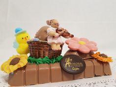 Figura de Chocolate Pascua. Bollo tradicional con porcelana de Villeroy & Boch. San Antonio, Desserts, Food, Buns, Easter, Traditional, Porcelain Ceramics, Tailgate Desserts, Deserts