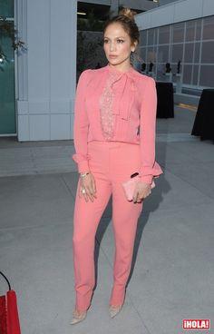 La Diva del Bronx derrochó elegancia durante la presentación de su serie Shades of Blue en Hollywood, California.