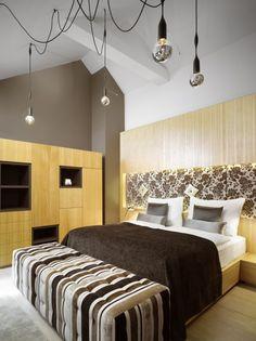 El estudio catalán Dt6 lleva confort y aires contemporáneos al hotel checo UNIC Prague.   diariodesign.com dormitoris fusta mobiliari Lampares