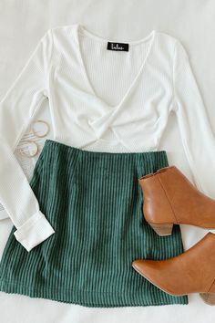 Set the bar for style in the Lulus High Class Emerald Green Corduroy Mini Skirt! Lightweight ribbed corduroy fabric shapes this sweet little A-line style mini skirt, complete with a high fitted waist Fall Winter Outfits, Autumn Winter Fashion, Spring Outfits, Trendy Outfits, Fashion Outfits, Cute Outfits With Skirts, Mini Skirt Outfits, Green Outfits, Fall Outfits For School