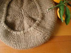 Basco dettagli Crochet Pillow Cases, Crochet Pillow Pattern, Crochet Patterns, Crochet Slipper Boots, Crochet Slippers, Knitted Hats, Crochet Hats, Vest Pattern, Scarf Hat
