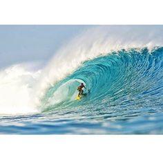 Meu camarada  @pedrofelizardophotography na hora certa  no lugar certo em uma das minhas ondas preferidas #desertpoint#grower#lombok durante as gravações do projeto #linhas#indonesia @umarosafilmes @canaloff  @ripcurl_brasil  @hbbrasil  @kamonasurfshop  @cervejanoi  @purosuco.oficial  @seccowetworks by bruninhosantos