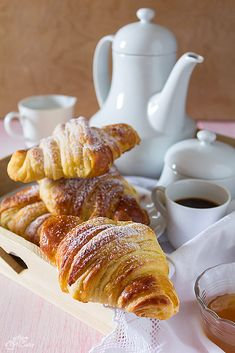Croissant come al bar Elegant Desserts, French Desserts, Biscotti, Bake Croissants, Breakfast Tea, Menu, But First Coffee, Italian Recipes, Sweet Recipes