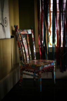 bemalter Stuhl und beachte den Bändervorhang!!