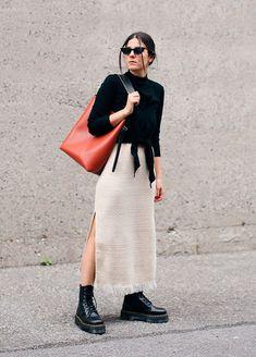 Minimalista e chic: o outfit minimal é equilibrado com coturnos mais pesados. As peças leves e neutras da composição ficam mais poderosas com o par.