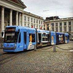 #kuifje #tram bij de #mivb op het #koningsplein te #brussel die reclame maakt voor het #herge #museum in Louvain La Neuve #tramway #tintin… Brussel, Public Transport, Transportation, Street View, Museum, Vehicles, Instagram, Paint, Car