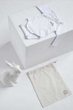 9a688d64886b Body bébé brodé au prénom de votre choix, offert dans un pochon Idéal pour  un cadeau de naissance ! Vous choisissez   - la taille du body   1 mois, 3  mois, ...