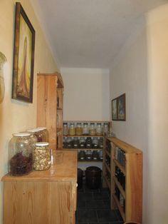 Naplněné poličky vlastrní sklizní bylin, ovoce, semen...