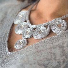 Can transfer idea to bead crochet knit necklace - Can transfer idea to bead crochet collier en tricotin Can transfer idea to bead crochet knit necklace Rope Jewelry, Jewelry Art, Beaded Jewelry, Jewelery, Handmade Jewelry, Jewelry Design, Knitted Necklace, Fabric Necklace, Crochet Earrings