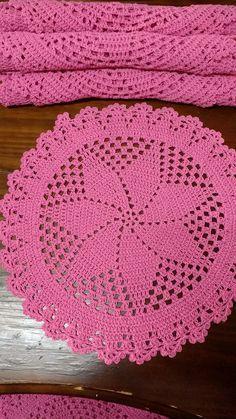 Se tem um item que faz toda a diferença em uma mesa posta, ele se chama sousplat! decorativo e muitas vezes acaba sendo o centro das atenções, tal é o charme que ele agrega às produções. sousplat de crochê Preço por unidade R$ 18,00 Confeccionado em barbante n° 4 ou 6 (Fial ou EuroRoma), 1... Art Au Crochet, Crochet Round, Crochet Pillow, Thread Crochet, Filet Crochet, Free Crochet Doily Patterns, Crochet Flower Patterns, Crochet Designs, Crochet Flowers