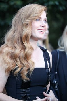 Amy Adams Side Sweep - Amy Adams attended the Mill Valley Film Festival opening wearing her hair in glamorous side-swept waves. Drop Dead Gorgeous, Gorgeous Hair, Beauty Full, Beauty Women, Actress Amy Adams, Amazing Amy, British Academy Film Awards, John David, Beautiful Redhead