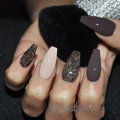 I'd add some ombré glitter on the ring finger #GlitterFashion