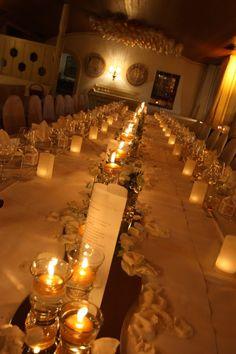 Tischdekoration für eine Hochzeit im November in Creme und Gold mit vielen Kerzen