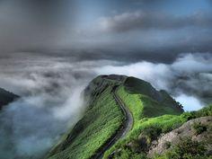 雲の上に浮かぶ道は、まさに天空にあるかのようです。こんな素晴らしい景色、一生に一度は見てみたいですよね。