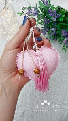 Amor e Arte: Casinha de Passarinho, Porta Chaves Shabby Chic Hearts, Easy Sewing Projects, Sewing Tutorials, Fabric Hearts, Decor Crafts, Felt Crafts, Crochet Earrings, Key Rings, Babyshower