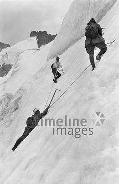 Gebirgstouren -1914, Bergsteiger in einer gefaehrlichen Situation, um 1920 ullstein bild - ullstein bild/Timeline Images #Climbing #Klettern #Berge #Bergsteigen #Gefahr #Danger