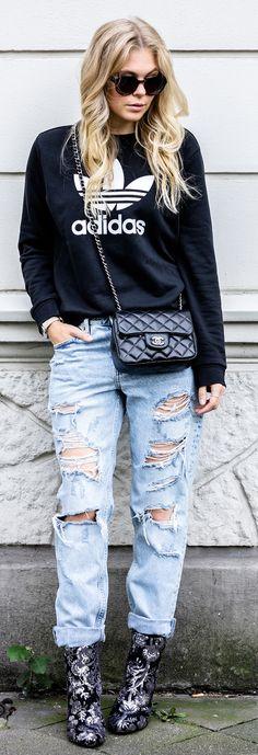 Ripped Jeans X Adidas Sweater Streetstyle Outfit // black, schwarz, hoodie, chanel, bag, tasche, sunglasses, sonnenbrille, ootd, Autumn, Herbst, Outfit, Streetstyle, Look, Fashion, Frauen, women, Girls, Blogger, Blog, Düsseldorf, Berlin, Hamburg, München, Blond, Blonde, Designer, Trend, It-Piece, Must-Have, Germany, Sunnyinga, 2017, 2018