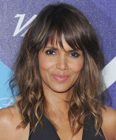 They say black don't crack and Halle Berry is proving that she's the pyrex of pretty! Miss Halle turned 49 this week and she looks better than ever! Halle Berry Body, Halle Berry Style, Spring Hairstyles, Trendy Hairstyles, Halle Berry Hairstyles, Hally Berry, Peinados Pin Up, Long Layered Hair, Layered Hairstyle
