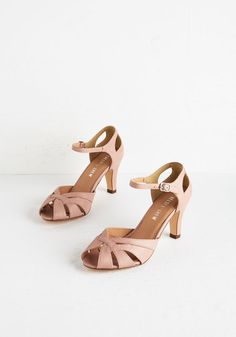 Shoes Tout de Sweet Heel in Dusty Rose. Set the pace for swoon-worthy style in these ballet-slipper-pink pumps by Chelsea Crew. 1950s Fashion Shoes, 1950s Shoes, Vintage Fashion, Vintage Heels, Retro Vintage, Chelsea, Bridesmaid Shoes, Bridesmaids, High Heels