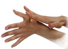 www.sujokgermany.com Die Massage am Daumen mit einem Bleistift kann selbständig durchgeführt werden. Dabei enspannt sich die Muskulatur im Nacken-Schulter Bereich. Man fühlt sich deutlich wohler.