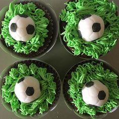 ✨ Cupcakes de chocolate, tema da festa... futebol ;) ✨ Para informações: contato@maisondubrigadeiro.com
