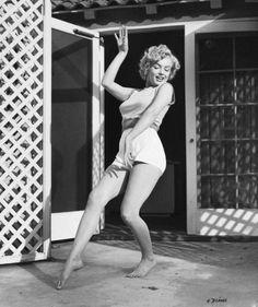 """1953, Marilyn pose pour André De DIENES sur une des terrasses du """"Bel-Air Hôtel""""."""