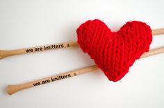 New Free Pattern, learn to make knitted hearts! Don't forget to check out this other model that we shared some time ago and pick your favorite.