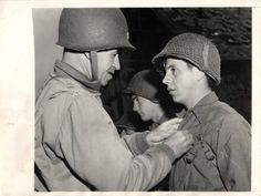 Unperturbed by German mortar fire peppering the area, Pvt. Marcus Heim stands at attention as Lt. Omar Bradley decorates him, during the ceremony in Château de Brocqueboeuf courtyard, july D Day Normandy, Normandy France, Ww2 History, Military History, Standing At Attention, Military Units, Total War, July 10, United States Army