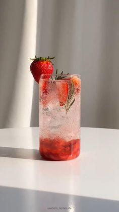 Yummy Drinks, Healthy Drinks, Yummy Food, Fun Drinks, Soft Foods, Water Recipes, Summer Drink Recipes, Cafe Food, Strawberry Shortcake