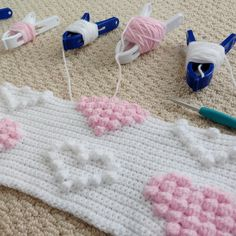 This Pin was discovered by Likes, 7 Comments - ÖzgülA Collection of different ways to crochet bows: bobble stitch bow, crocodile stitch bow, easy bow handband andColor changes with clips Bobble Stitch Crochet, Baby Afghan Crochet, Crochet Squares, Crochet Blanket Patterns, Crochet Stitches, Knitting Patterns, Stitch Patterns, Love Crochet, Diy Crochet