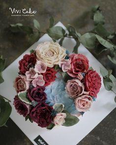 Rice cake. Bean paste flowercake. . . . www.vivi-cake.com Vivicake studio . . 지니쌤의 앙금 플라워. 더 많은 사진은 블로그에 올려놨어요^^ . . #플라워케이크 #앙금플라워 #앙금플라워떡케이크 #앙금플라워케이크 #korea #flowercake #ricecake #koreanflowercake #beanpaste #buttercreamflowercake #flowers #wilton #cake #cakedecoration #piping #vivicake