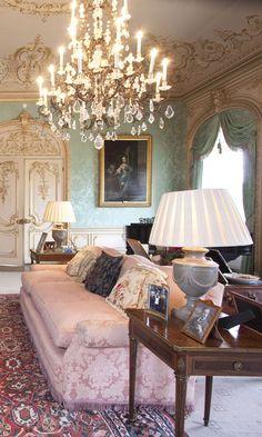 L'univers feutré de Downton Abbey, avec ses tapis, ses coussins et ses photos de famille.