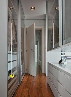 Quarto 1. 3. As portas de vidro, de correr, dão leveza ao conjunto e mostram o interior dos armários. Para a moradora, visualizar as peças facilita a escolha do fgurino