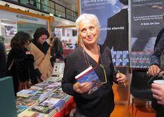 Beatrice Monray con i mano il suo libro 'Dido. Operetta pop'