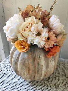 Big Neutral Blooms in a Pumpkin Vase Fall Decor ideas Rustic Fall Decor, Fall Home Decor, Autumn Home Decorations, Fall Table Decor Diy, Fal Decor, Elegant Fall Decor, Vintage Fall Decor, Thanksgiving Decorations, Seasonal Decor