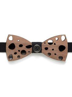 Prosac au 31 pour homme   Le noeud papillon actualisé dans un design en bois véritable au fini perforé pour un chic moderne   Petit bouton métallique fixe au centre   Ruban gros-grain ajustable sur attache métallique   Fait à la main en Italie