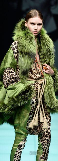 quenalbertini: Green and Animal Print Fashion Leopard Fashion, Animal Print Fashion, Fur Fashion, Green Fashion, Fashion Prints, High Fashion, Winter Fashion, Womens Fashion, Animal Prints