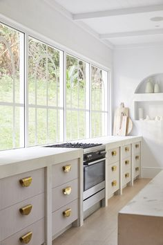 Boho Home Decor KitchenHouse By Three Birds Renovations x Sophie Bell featuring Dulux White on White.Boho Home Decor KitchenHouse By Three Birds Renovations x Sophie Bell featuring Dulux White on White. Freestanding Cooker, Kitchen Decor, Modern Kitchen, Home Remodeling, Home Decor, House Interior, Home Kitchens, Three Birds Renovations, Kitchen Design