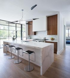 Le marbre revêt l'îlot de la cuisine, tout en puissance et en élégance. #marbre #cuisine #plandetravail