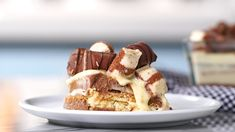 Kinder Bueno Trifle - Recipe with video instructions: Chocolate and hazelnut lovers will lose it for this trifle made wit - Cooking Tv, Cooking Recipes, Delicious Desserts, Dessert Recipes, Yummy Food, Eat Dessert First, Vegetarian Chocolate, Chocolate Desserts, Sweet Recipes