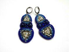 Boucles d'oreilles brodées triangles cristal et lapis lazulli : Boucles d'oreille par la-p-tite-marquise