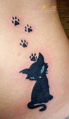 Soyez inspirée avec ce tatoo : Tatouage femme petit chat noir avec ses traces de pattes. Retrouvez tous les modèles, significations de motifs sur tatouagefemme.eu
