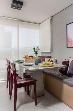 Decoração de apartamento otimizado e aconchegante. Na varanda, parede cinza, quadro, banco de madeira, mesa de jantar cinza. #casadevalentina #decoracao #decor