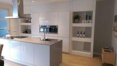 Ombouw keuken, keuken eiland. Hoogglans wit met grijs dun composiet blad. Muur en nisjes moeten nog geverfd en led-verlichting
