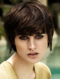 Glossy Medium Hair Style Trends - Add the wow factor to your rainy season look by opting for one of these glossy medium hair styles. If you don't want anything high maintenance, sport a versatile and suit-all medium haircut that provides you with a multitude of hair styling options.